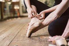 Δένοντας παπούτσια μπαλέτου χορευτών μπαλέτου Στοκ εικόνα με δικαίωμα ελεύθερης χρήσης