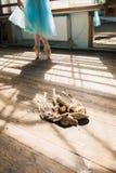 Δένοντας παπούτσια μπαλέτου χορευτών μπαλέτου Στοκ Φωτογραφίες