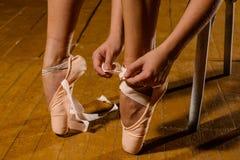 Δένοντας pointe παπούτσια μπαλέτου Ballerina στη σκηνή Στοκ Εικόνες