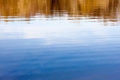 Δέντρα άνοιξη που απεικονίζουν στο νερό στοκ φωτογραφίες με δικαίωμα ελεύθερης χρήσης