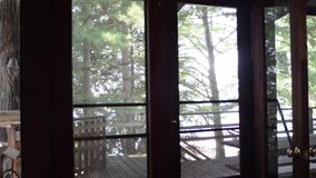 Δέντρα έξω από μια πόρτα καμπινών απόθεμα βίντεο