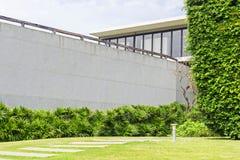 Δέντρα για τη θέση διακοσμήσεων με την οικοδόμηση του υποβάθρου Στοκ φωτογραφίες με δικαίωμα ελεύθερης χρήσης