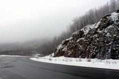 Δέντρα το χειμώνα στα άσπρα βουνά στοκ φωτογραφία