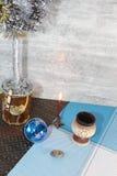 Δέντρο ИРTmas·Ð ¼ ÐΜÐ ½ Ð¸Ñ 'ÑŒ κερί, διακοσμήσεις Χριστουγέννων, που υπογράφονται με το νέα έτος και τα Χριστούγεννα, παιχνίδι Στοκ Εικόνες