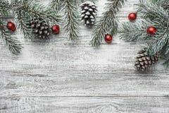Δέντρο έλατου Χριστουγέννων με τη διακόσμηση στο σκοτεινό ξύλινο πίνακα Στοκ Φωτογραφίες