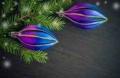 Δέντρο έλατου Χριστουγέννων και πορφυρή διακόσμηση στον ξύλινο πίνακα Στοκ Εικόνα