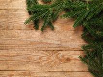 Δέντρο έλατου Χριστουγέννων με τη διακόσμηση στο ξύλινο υπόβαθρο πινάκων με το διάστημα αντιγράφων Στοκ φωτογραφία με δικαίωμα ελεύθερης χρήσης