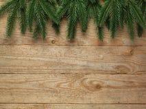 Δέντρο έλατου Χριστουγέννων με τη διακόσμηση στο ξύλινο υπόβαθρο πινάκων με το διάστημα αντιγράφων Στοκ εικόνες με δικαίωμα ελεύθερης χρήσης