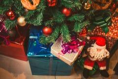 Δέντρο έλατου Χριστουγέννων με τις διακοσμήσεις και τα δώρα Στοκ φωτογραφίες με δικαίωμα ελεύθερης χρήσης