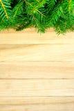 Δέντρο έλατου Χριστουγέννων στον αγροτικό ξύλινο πίνακα Στοκ φωτογραφία με δικαίωμα ελεύθερης χρήσης
