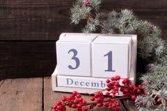 Δέντρο γουνών ημερολογίων, μούρων και κλάδων στο ηλικίας ξύλινο backgrou Στοκ φωτογραφία με δικαίωμα ελεύθερης χρήσης