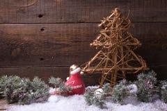 Δέντρο γουνών διακοσμήσεων και κλάδων Χριστουγέννων στο ξύλινο backgrou Στοκ Εικόνες
