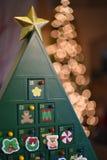 Δέντρο εμφάνισης Χριστουγέννων ενάντια σε ένα δέντρο των φω'των Στοκ φωτογραφία με δικαίωμα ελεύθερης χρήσης