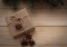 Δέντρο και δώρα έλατου Χριστουγέννων στο ξύλινο υπόβαθρο Στοκ Εικόνες