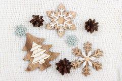 Δέντρο και snowflake διακοσμήσεων Χριστουγέννων στο άσπρο υπόβαθρο Στοκ Εικόνα