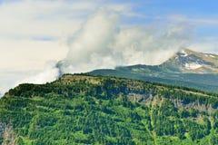 Δέντρο-καλυμμένα βουνά του εθνικού πάρκου παγετώνων Στοκ φωτογραφίες με δικαίωμα ελεύθερης χρήσης