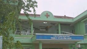 Δέντρο κινηματογραφήσεων σε πρώτο πλάνο που καταρρίπτεται στο κτήριο νοσοκομείων μετά από τον ισχυρό τυφώνα φιλμ μικρού μήκους