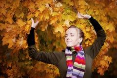 δέντρο κοριτσιών φθινοπώρου Στοκ φωτογραφίες με δικαίωμα ελεύθερης χρήσης