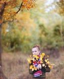 δέντρο κοριτσιών φθινοπώρου Στοκ Εικόνες
