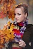 δέντρο κοριτσιών φθινοπώρου Στοκ εικόνες με δικαίωμα ελεύθερης χρήσης