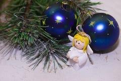 Δέντρο με τα μπλε μπιχλιμπίδια και τον άγγελο Στοκ Φωτογραφία
