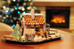 Δέντρο μπισκότων μελοψωμάτων διάθεσης Χριστουγέννων Στοκ Εικόνα