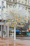 Δέντρο Πάσχας με τα ζωηρόχρωμα διακοσμημένα αυγά που στέκονται στην πλατεία Tverskaya στη Μόσχα Στοκ εικόνες με δικαίωμα ελεύθερης χρήσης