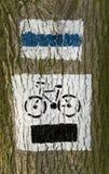 δέντρο σημαδιών μονοπατιών ποδηλάτων Στοκ φωτογραφίες με δικαίωμα ελεύθερης χρήσης