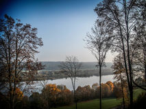 Δέντρο στον ποταμό Στοκ φωτογραφία με δικαίωμα ελεύθερης χρήσης