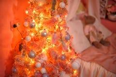 Δέντρο στο βρεφικό σταθμό στα Χριστούγεννα Στοκ εικόνα με δικαίωμα ελεύθερης χρήσης