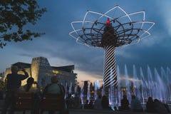 Δέντρο της ζωής το βράδυ σε EXPO 2015 στο Μιλάνο, Ιταλία Στοκ φωτογραφία με δικαίωμα ελεύθερης χρήσης