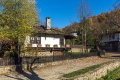 Δέντρο φθινοπώρου και παλαιό σπίτι στο χωριό Bozhentsi, Βουλγαρία Στοκ εικόνα με δικαίωμα ελεύθερης χρήσης