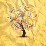 Δέντρο φθινοπώρου με τα όμορφα πετώντας φύλλα Στοκ φωτογραφίες με δικαίωμα ελεύθερης χρήσης