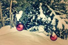 Δέντρο δύο που κρεμά τα κόκκινα μπιχλιμπίδια Χριστουγέννων - αναδρομικά, εξασθενισμένος Στοκ φωτογραφία με δικαίωμα ελεύθερης χρήσης