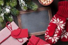 Δέντρο, δώρο, γάντια και πίνακας κιμωλίας έλατου Χριστουγέννων Στοκ φωτογραφίες με δικαίωμα ελεύθερης χρήσης