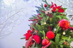 Δέντρο Chrismas και κόκκινη σφαίρα Στοκ Φωτογραφίες