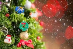 Δέντρο Chrismas με το δώρο και χιόνι στο παλαιό ξύλο Στοκ Εικόνες