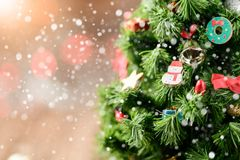 Δέντρο Chrismas με το δώρο και χιόνι στο παλαιό ξύλο Στοκ Φωτογραφίες