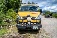 Δέος λιμνών, Argyll, Σκωτία - 15 Μαΐου 2017: Όχημα ραγών δικτύων που περιμένει με τα μαλακά πρόβατα παιχνιδιών στο δοχείο ψύξης Στοκ Εικόνες