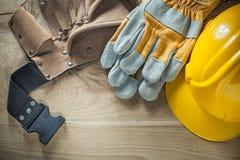 Δέρματος εργαλείων ζωνών προστατευτική τοπ άποψη καπέλων γαντιών σκληρή Στοκ φωτογραφία με δικαίωμα ελεύθερης χρήσης