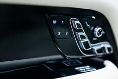 Εσωτερικές λεπτομέρειες αυτοκινήτων πολυτέλειας Δέρμα και χρώμιο στοκ φωτογραφία