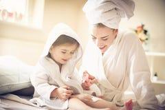 δέρμα μαλακό Μητέρα και κόρη στοκ εικόνες
