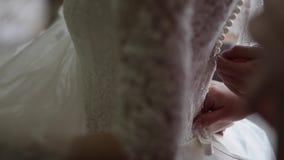 Δέσιμο του γαμήλιου φορέματος απόθεμα βίντεο