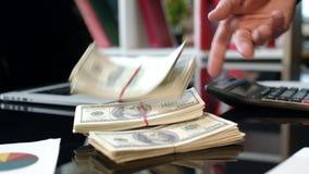 Δέσμες των δολαρίων χρημάτων στην επιχειρησιακή διαπραγμάτευση Πίστωση μετρητών στο νόμισμα δολαρίων απόθεμα βίντεο