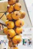 Δέσμες των κρεμμυδιών που κρεμούν από το ανώτατο όριο σε μια σιταποθήκη στοκ εικόνες