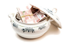 Δέσμες των ρωσικών χρημάτων στη σουπιέρα σούπας Στοκ Φωτογραφία