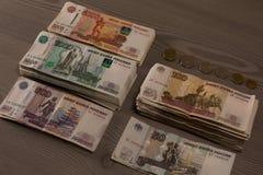 Δέσμες των χρημάτων Ρωσικά ρούβλια σε ένα ξύλινο υπόβαθρο Στοκ Φωτογραφία