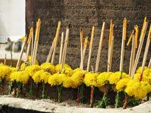 Δέσμες marigold των λουλουδιών με τα ραβδιά και τα κεριά κινέζικων ειδώλων Στοκ Εικόνα