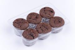 Δέσμη καφετιά muffins σοκολάτας πέρα από το άσπρο υπόβαθρο Στοκ Φωτογραφία