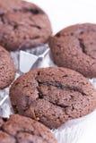 Δέσμη καφετιά muffins σοκολάτας πέρα από το άσπρο υπόβαθρο Στοκ εικόνες με δικαίωμα ελεύθερης χρήσης